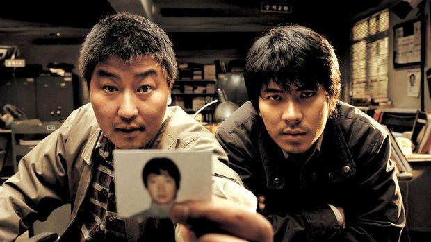 Vụ án hiếp dâm, thảm sát 10 phụ nữ từ 13 - 70 tuổi lên phim, đạo diễn Bong Joon Ho ám chỉ sát nhân tới dự cả họp báo - Ảnh 1.