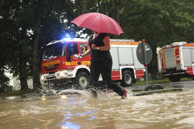 Mưa lớn gây ngập lụt nghiêm trọng tại Đức khiến ít nhất 6 người tử vong, 30 người mất tích - Ảnh 11.