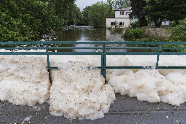 Mưa lớn gây ngập lụt nghiêm trọng tại Đức khiến ít nhất 6 người tử vong, 30 người mất tích - Ảnh 3.