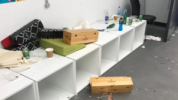 Phòng thay đồ của Italy bừa như bãi rác, trong khi tuyển Anh gọn gàng sạch sẽ - Ảnh 5.