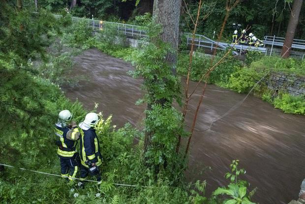 Mưa lớn gây ngập lụt nghiêm trọng tại Đức khiến ít nhất 6 người tử vong, 30 người mất tích - Ảnh 4.