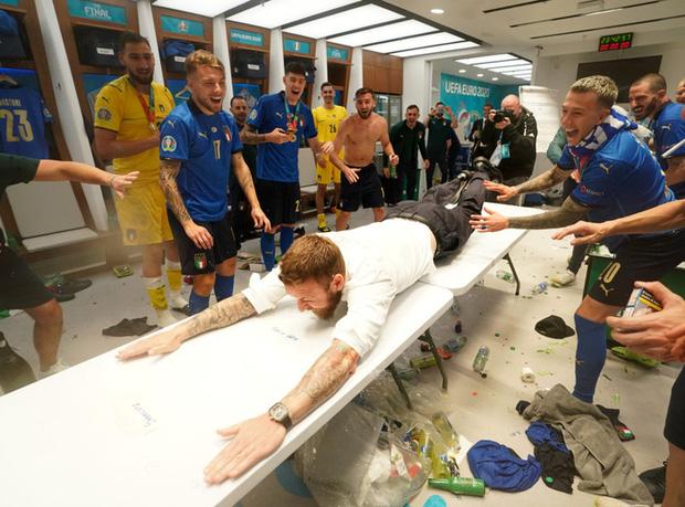 Phòng thay đồ của Italy bừa như bãi rác, trong khi tuyển Anh gọn gàng sạch sẽ - Ảnh 7.
