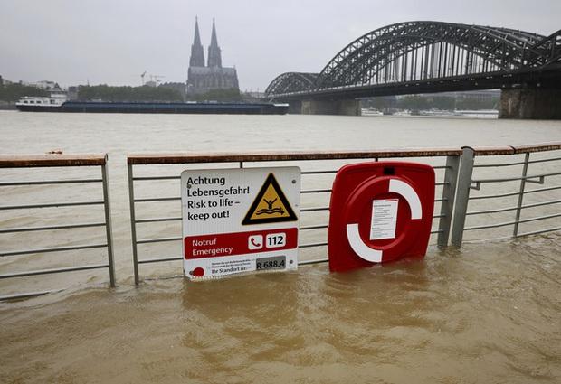 Mưa lớn gây ngập lụt nghiêm trọng tại Đức khiến ít nhất 6 người tử vong, 30 người mất tích - Ảnh 6.