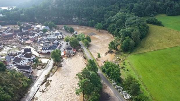 Mưa lớn gây ngập lụt nghiêm trọng tại Đức khiến ít nhất 6 người tử vong, 30 người mất tích - Ảnh 7.