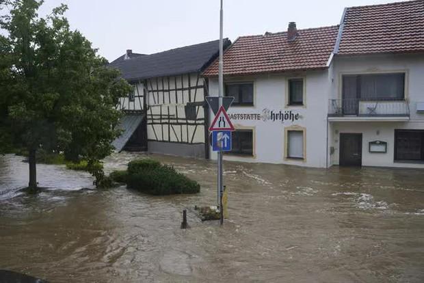 Mưa lớn gây ngập lụt nghiêm trọng tại Đức khiến ít nhất 6 người tử vong, 30 người mất tích - Ảnh 8.