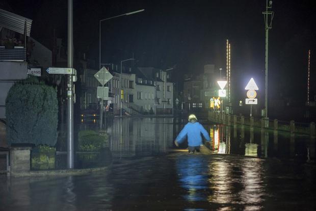 Mưa lớn gây ngập lụt nghiêm trọng tại Đức khiến ít nhất 6 người tử vong, 30 người mất tích - Ảnh 9.