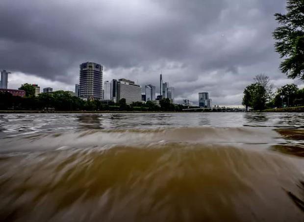 Mưa lớn gây ngập lụt nghiêm trọng tại Đức khiến ít nhất 6 người tử vong, 30 người mất tích - Ảnh 10.