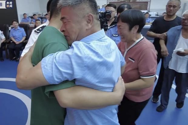 Người cha hội ngộ con trai bị bắt cóc sau 24 năm ròng rã lái xe máy 500.000 km tìm kiếm, khoảnh khắc đoàn tụ khiến ai cũng vỡ oà - Ảnh 6.