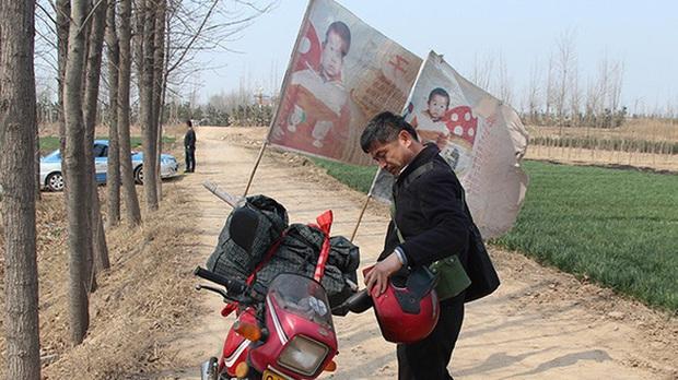 Người cha hội ngộ con trai bị bắt cóc sau 24 năm ròng rã lái xe máy 500.000 km tìm kiếm, khoảnh khắc đoàn tụ khiến ai cũng vỡ oà - Ảnh 1.