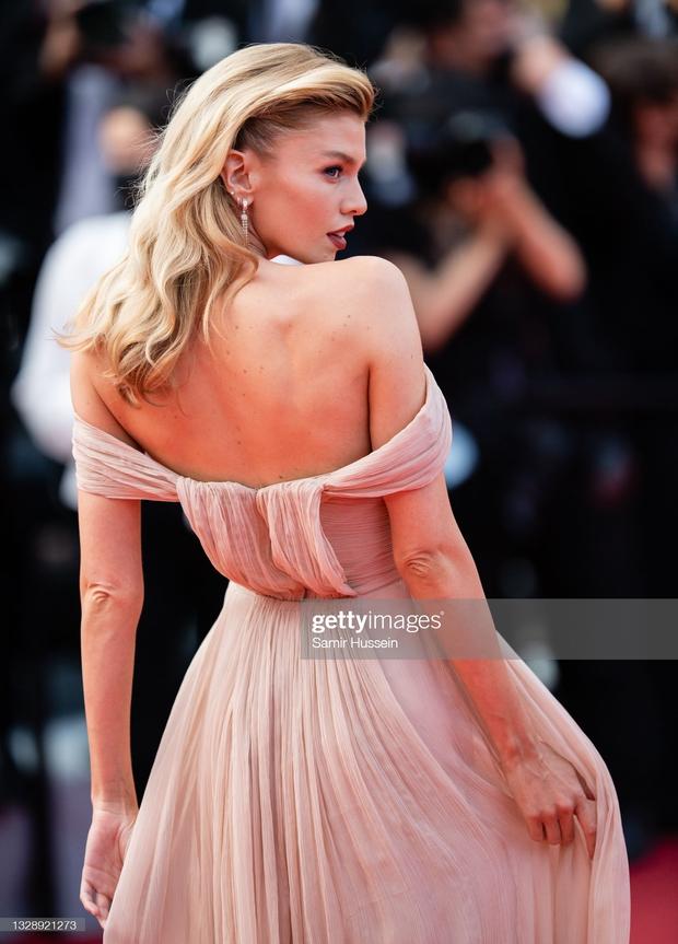 """Thảm đỏ Cannes: Bạn gái Ronaldo chặt chém, tình cũ của Brooklyn Beckham hở """"toát mồ hôi"""" chưa sốc bằng mỹ nhân phô vòng 3 lố lăng - Ảnh 5."""