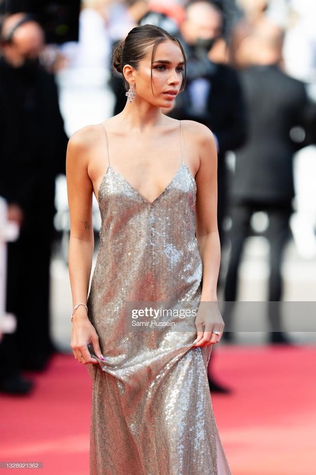 """Thảm đỏ Cannes: Bạn gái Ronaldo chặt chém, tình cũ của Brooklyn Beckham hở """"toát mồ hôi"""" chưa sốc bằng mỹ nhân phô vòng 3 lố lăng - Ảnh 8."""