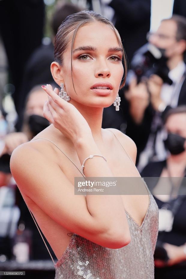 """Thảm đỏ Cannes: Bạn gái Ronaldo chặt chém, tình cũ của Brooklyn Beckham hở """"toát mồ hôi"""" chưa sốc bằng mỹ nhân phô vòng 3 lố lăng - Ảnh 9."""