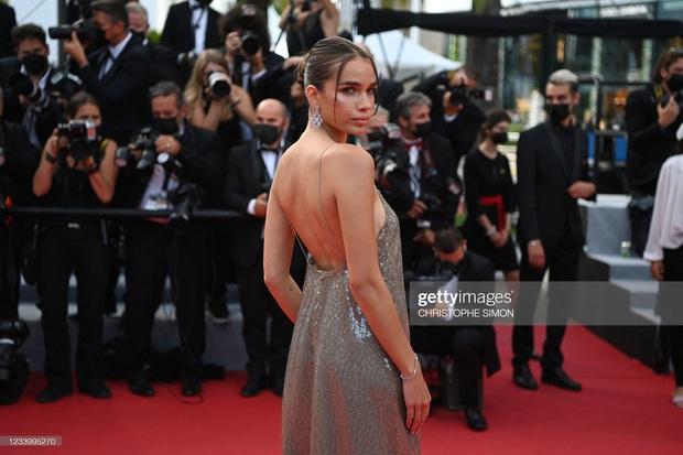 """Thảm đỏ Cannes: Bạn gái Ronaldo chặt chém, tình cũ của Brooklyn Beckham hở """"toát mồ hôi"""" chưa sốc bằng mỹ nhân phô vòng 3 lố lăng - Ảnh 10."""