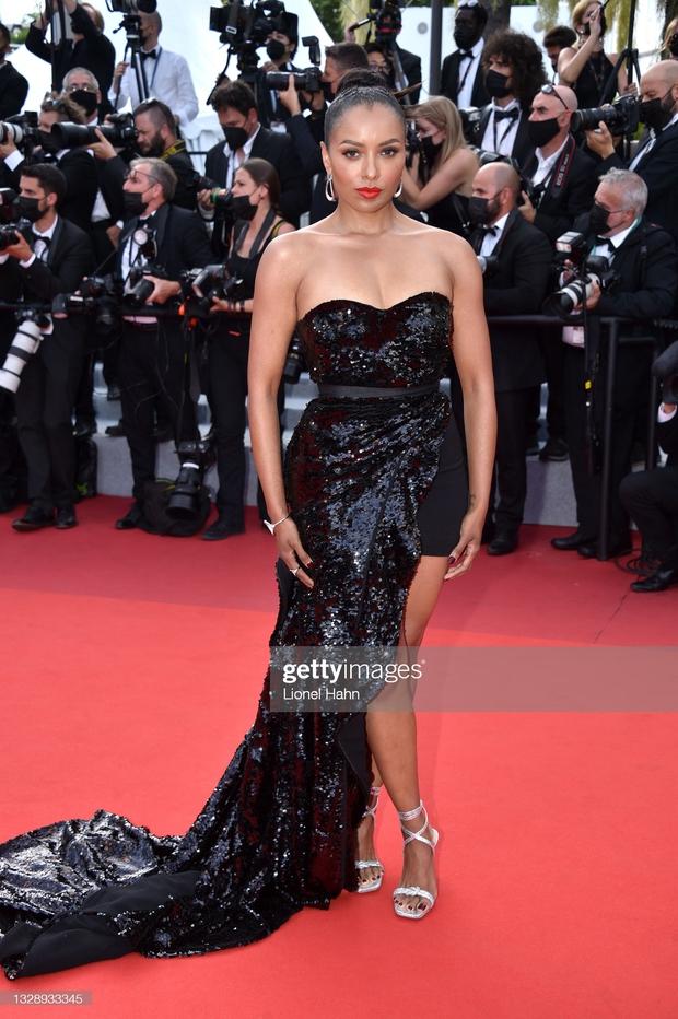 """Thảm đỏ Cannes: Bạn gái Ronaldo chặt chém, tình cũ của Brooklyn Beckham hở """"toát mồ hôi"""" chưa sốc bằng mỹ nhân phô vòng 3 lố lăng - Ảnh 13."""