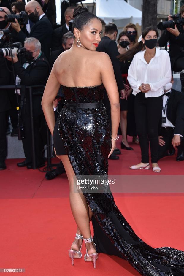 """Thảm đỏ Cannes: Bạn gái Ronaldo chặt chém, tình cũ của Brooklyn Beckham hở """"toát mồ hôi"""" chưa sốc bằng mỹ nhân phô vòng 3 lố lăng - Ảnh 14."""