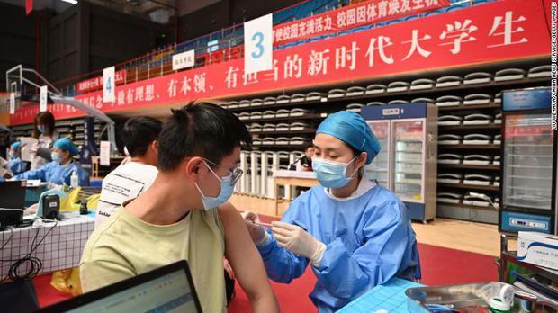 Cuộc sống đổi thay của những người chưa tiêm vaccine tại Trung Quốc: Bơ vơ, lạc lõng và phân biệt - Ảnh 1.