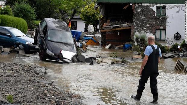 Chẳng ai nghĩ hình ảnh ngập nước kinh hoàng này lại đang xảy ra ở Đức: Lũ lụt kỷ lục thế kỷ, 1300 người mất tích - Ảnh 4.