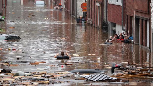 Chẳng ai nghĩ hình ảnh ngập nước kinh hoàng này lại đang xảy ra ở Đức: Lũ lụt kỷ lục thế kỷ, 1300 người mất tích - Ảnh 2.