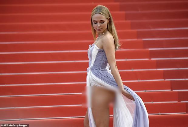 """Thảm đỏ Cannes: Bạn gái Ronaldo chặt chém, tình cũ của Brooklyn Beckham hở """"toát mồ hôi"""" chưa sốc bằng mỹ nhân phô vòng 3 lố lăng - Ảnh 11."""