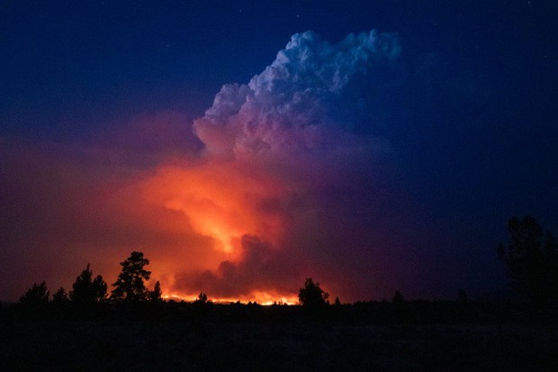 Cháy rừng bùng phát mạnh ở các bang miền Tây nước Mỹ, hàng nghìn ngôi nhà bị ảnh hưởng - Ảnh 1.