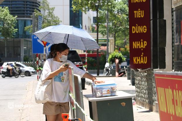 Hà Nội: Phong toả chung cư tại Hà Đông, người thân xuyên trưa tiếp tế sau ca dương tính SARS-CoV-2 - Ảnh 2.