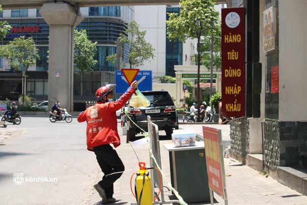 Hà Nội: Phong toả chung cư tại Hà Đông, người thân xuyên trưa tiếp tế sau ca dương tính SARS-CoV-2 - Ảnh 4.
