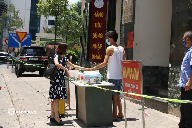 Hà Nội: Phong toả chung cư tại Hà Đông, người thân xuyên trưa tiếp tế sau ca dương tính SARS-CoV-2 - Ảnh 6.