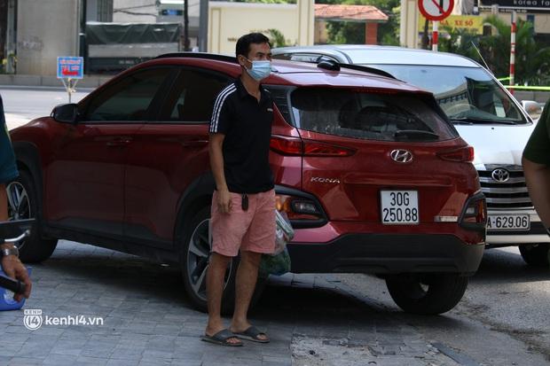Hà Nội: Phong toả chung cư tại Hà Đông, người thân xuyên trưa tiếp tế sau ca dương tính SARS-CoV-2 - Ảnh 11.