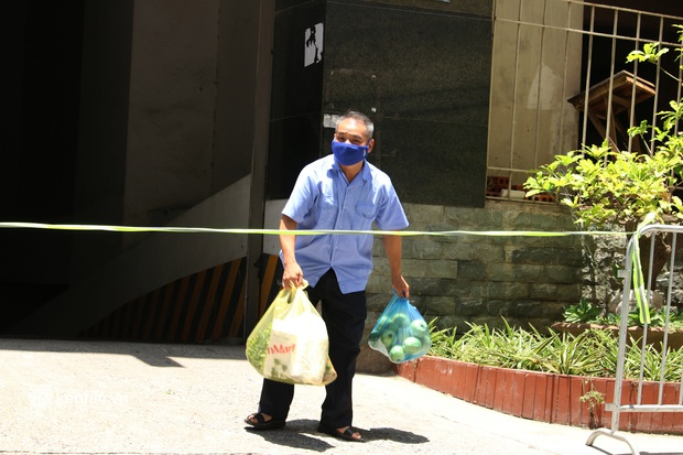 Hà Nội: Phong toả chung cư tại Hà Đông, người thân xuyên trưa tiếp tế sau ca dương tính SARS-CoV-2 - Ảnh 14.