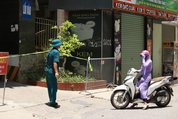 Hà Nội: Phong toả chung cư tại Hà Đông, người thân xuyên trưa tiếp tế sau ca dương tính SARS-CoV-2 - Ảnh 8.