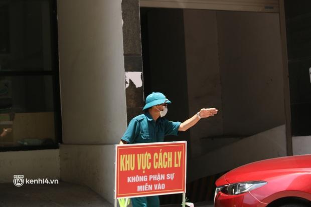 Hà Nội: Phong toả chung cư tại Hà Đông, người thân xuyên trưa tiếp tế sau ca dương tính SARS-CoV-2 - Ảnh 13.