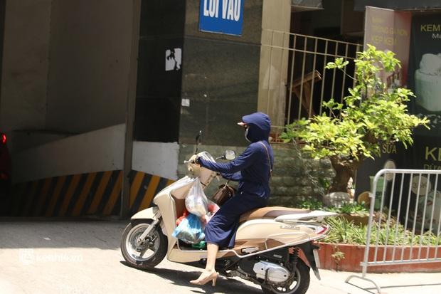 Hà Nội: Phong toả chung cư tại Hà Đông, người thân xuyên trưa tiếp tế sau ca dương tính SARS-CoV-2 - Ảnh 9.