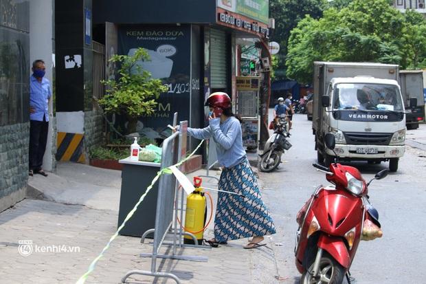 Hà Nội: Phong toả chung cư tại Hà Đông, người thân xuyên trưa tiếp tế sau ca dương tính SARS-CoV-2 - Ảnh 5.