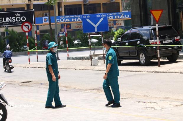 Hà Nội: Phong toả chung cư tại Hà Đông, người thân xuyên trưa tiếp tế sau ca dương tính SARS-CoV-2 - Ảnh 12.