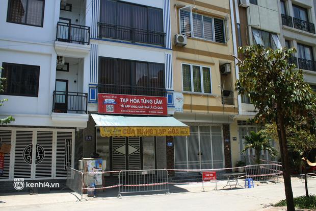 Hà Nội: Phong toả chung cư tại Hà Đông, người thân xuyên trưa tiếp tế sau ca dương tính SARS-CoV-2 - Ảnh 15.
