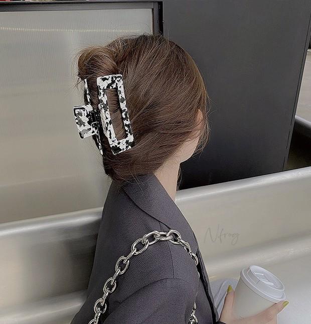 Chị em sắm kẹp tóc càng cua như Rosé là chuẩn bài, diện vừa mát vừa chanh sả thế này cơ mà - Ảnh 13.