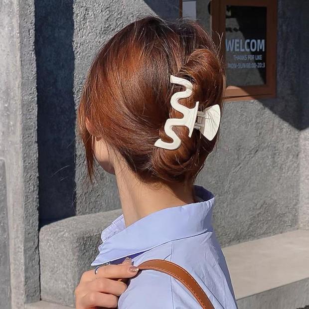 Chị em sắm kẹp tóc càng cua như Rosé là chuẩn bài, diện vừa mát vừa chanh sả thế này cơ mà - Ảnh 11.