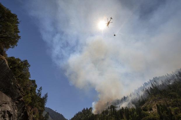 Cháy rừng bùng phát mạnh ở các bang miền Tây nước Mỹ, hàng nghìn ngôi nhà bị ảnh hưởng - Ảnh 2.