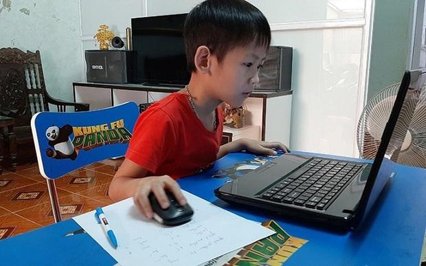 Phụ huynh vội vàng cho con học tiền lớp 1 online với phương châm được chữ nào hay chữ ấy - Ảnh 1.