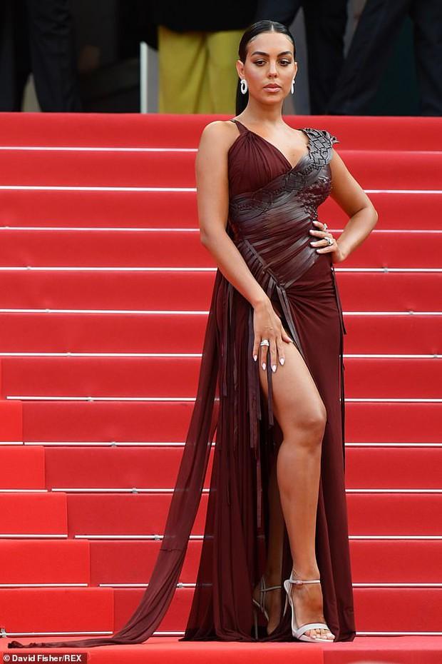 """Thảm đỏ Cannes: Bạn gái Ronaldo chặt chém, tình cũ của Brooklyn Beckham hở """"toát mồ hôi"""" chưa sốc bằng mỹ nhân phô vòng 3 lố lăng - Ảnh 2."""