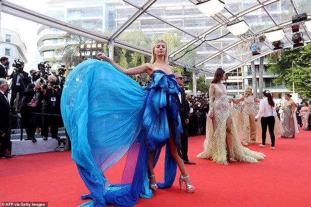 """Thảm đỏ Cannes: Bạn gái Ronaldo chặt chém, tình cũ của Brooklyn Beckham hở """"toát mồ hôi"""" chưa sốc bằng mỹ nhân phô vòng 3 lố lăng - Ảnh 18."""