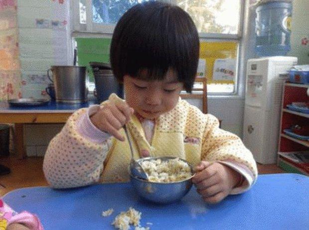 Con gái 3 tuổi đi học luôn miệng khen cơm ở trường ngon hơn mẹ nấu, mẹ tò mò đến tận trường thử liền nôn ra sau đó, sự thật khiến phụ huynh nào cũng sốc - Ảnh 1.