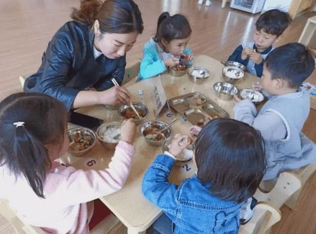 Con gái 3 tuổi đi học luôn miệng khen cơm ở trường ngon hơn mẹ nấu, mẹ tò mò đến tận trường thử liền nôn ra sau đó, sự thật khiến phụ huynh nào cũng sốc - Ảnh 2.