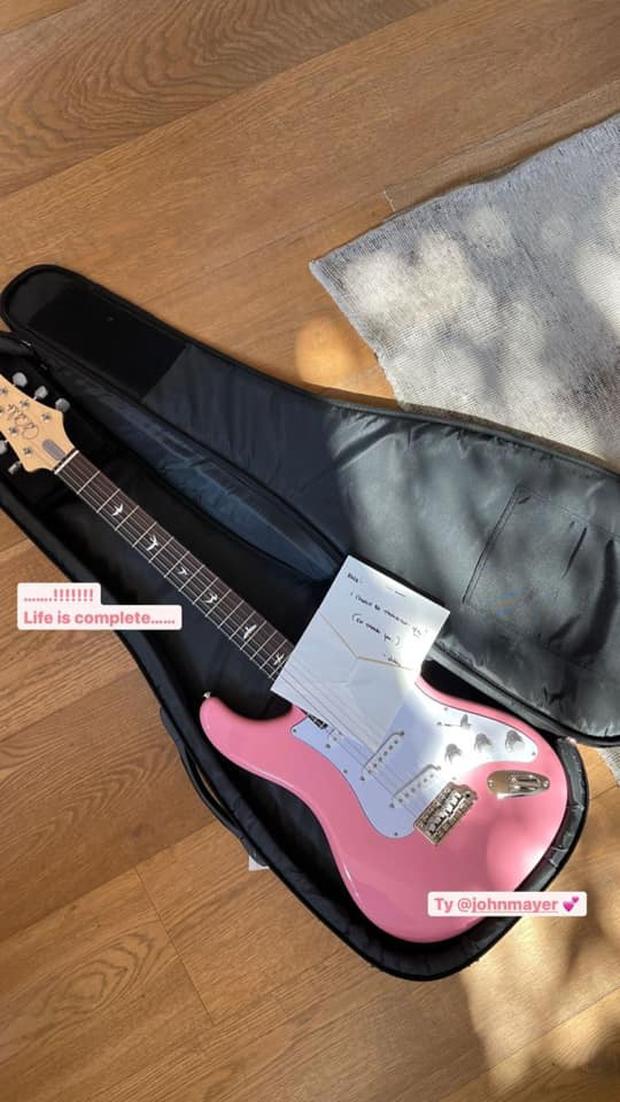 Vừa hát cover hôm trước, hôm sau Rosé (BLACKPINK) được John Mayer tặng luôn chiếc đàn đáp lễ đúng màu yêu thích! - Ảnh 1.