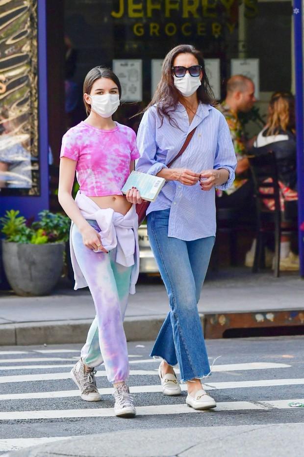 Suri Cruise ăn mặc xuề xòa xuống phố mà cũng gây sốt vì quá xinh, đi dép lê nhưng chân dài miên man vẫn cân tất - Ảnh 8.