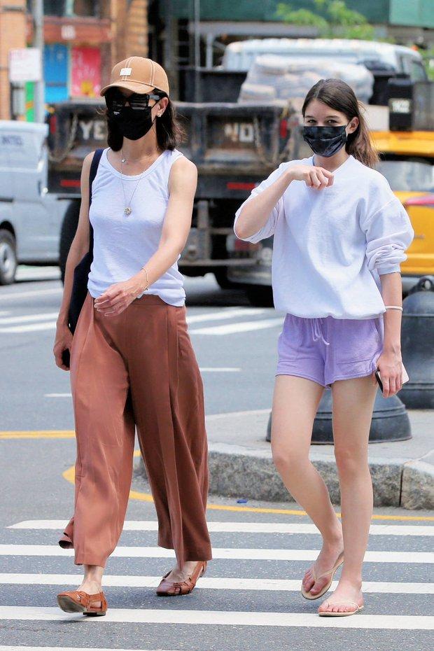 Suri Cruise ăn mặc xuề xòa xuống phố mà cũng gây sốt vì quá xinh, đi dép lê nhưng chân dài miên man vẫn cân tất - Ảnh 7.
