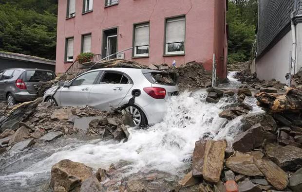 Ít nhất 60 người tử vong và hơn 70 người mất tích sau đợt mưa lớn chưa từng thấy ở Đức và Bỉ - Ảnh 10.