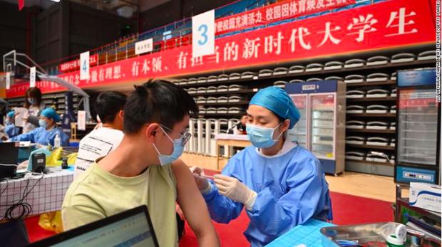 Trung Quốc sẽ cấm người không tiêm vắc-xin vào bệnh viện, trường học - Ảnh 1.