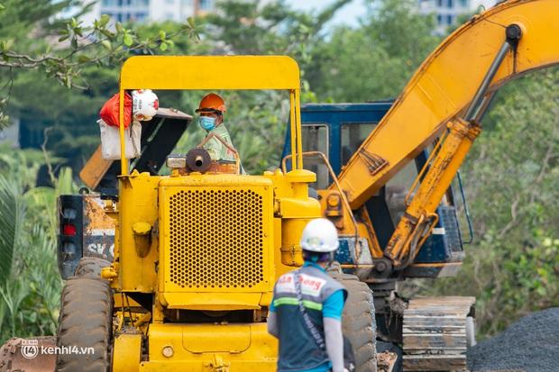 Cận cảnh bên trong đại công trường xây dựng thần tốc 2 bệnh viện dã chiến Covid-19 ở TP.HCM - Ảnh 8.