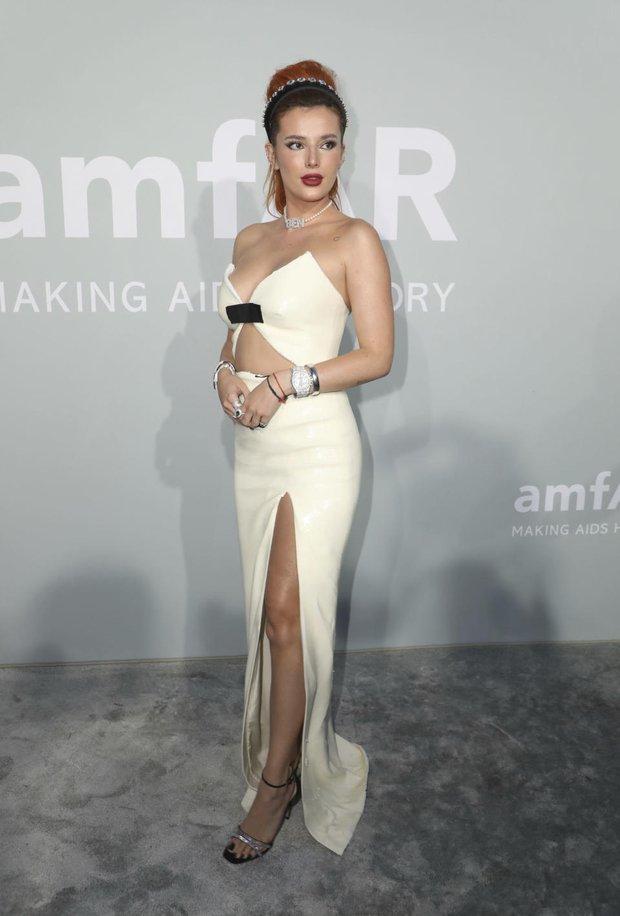 """Gala tiệc hot nhất LHP Cannes: Tình cũ Brooklyn và thiên thần Victoria's Secret bị minh tinh U65 """"chặt"""" đẹp, Bella Thorne đã loè loẹt còn hở ngộp thở - Ảnh 8."""